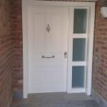 Entrada a vivienda lacada en blanco con fijo lateral
