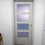 puerta vidriera de vinilo