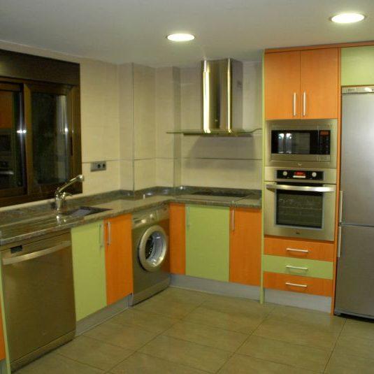 cocina formica verde y naranja2